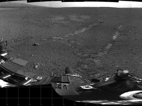 """La superficie de Marte ya cuenta con el surco de """"huellas"""" de las ruedas del explorador Curiosity, después de que completara con éxito su primer recorrido por el Planeta Rojo, informaron ingenieros de la NASA."""
