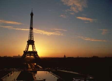 Os casais que aspiram se beijar sob um dos símbolos do romantismo nem imaginam por qual motivo a Torre Eiffel foi erguida?