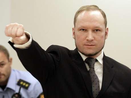 El ultraderechista Anders Behring Breivik hace un saludo al ingresar a la corte en oslo el viernes, 24 de agosto del 2012.