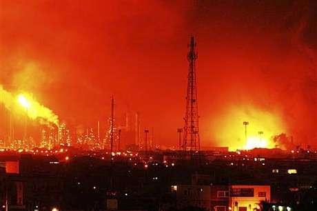 El 25 de agosto de 2012, al menos 39 personas murieron y más de 80 resultaron heridas en una explosión de la refinería de Amuay la más grande del país, operada por PDVSA, en Venezuela. Las refinerías son lugares extremadamente peligrosos ya que el petróleo y sus derivados son productos muy inflamables. Por tal motivo, a lo largo de los años han protagonizado diferentes tragedias en todo el mundo.