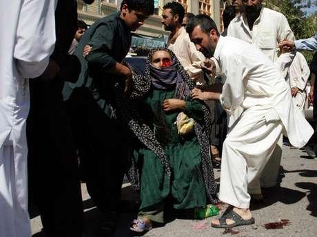Sucesos violentos en Afganistán siguen dejando civiles heridos o muertos. En la foto una mujer herida es ayudada por unas personas cerca de una mezquita donde hubo una explosión que dejó 23 lesionados en Kabul, Afganistán, el 15 de agosto de 2012.