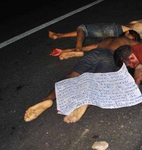 Fotografía de algunos de los once cadáveres que fueron hallados el domingo en una autopista del suroccidental estado mexicano de Guerrero, México.