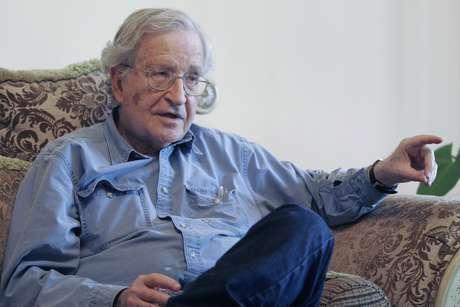 Noam Chomsky, el conocido linguista, escritor e intelectual habló con Terra en exclusiva.