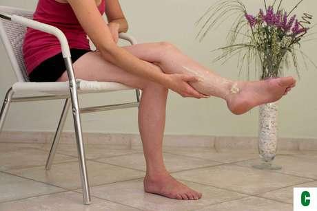 Certo: faça movimentos puxando o creme no sentido do tornozelo para o joelho