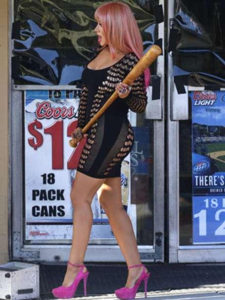 """Christina Aguilera, se dejó de complejos, pues sin importarle tener algunos kilitos de más, se metió en un corto y ajustado vestido negro, para resaltar sus voluptuosas curvas en lo que será su nuevo videoclip """"Your Body""""."""