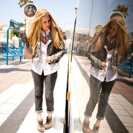 Son muchos los looks que generan los jóvenes actualmente a nivel mundial, porque son más arriesgados y fieles a lo que realmente les gusta. Acá te mostramos algunos atuendos que dejan claro que la moda es un lenguaje mundial donde cada prenda es una forma de expresarse. La usuaria Lawoffashion de esta aplicación para teléfonos inteligentes, deja claro que unos jeans se pueden usar con mucho estilo.