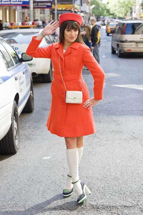 """Pillbox: """"famoso nos anos 1960 por causa de Jaqueline Kennedy. É um modelo super elegante, que se encaixa muito bem com tailleurs"""", disse a personal stylist. Na tradução livre, pillbox significa caixa de pílulas e é por isso que ele tem um formato ovalado, não muito grande, com uma pequena depressão em sua volta e sem abas. """"Eles geralmente são feitos de tecidos mais grossos, perfeitos para o inverno"""", acrescentou. Eu adoro para mulheres pequenas. Com voilette fica ótimo para casamento, disse Linhares. Lea Michele usou um modelo na gravação de Glee"""