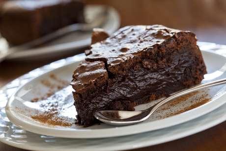 Bolo de chocolate (1 fatia): 193 calorias (versão normal)/ 143 calorias (versão com adoçante)