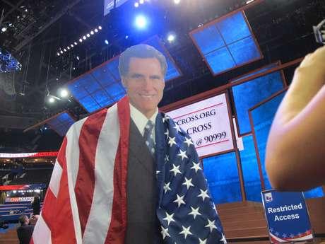 Se dice que Mitt Romney es algo 'acartonado' y que por esta razón, su esposa Ann ha sido convocada para 'suavizar' de alguna manera la imagen de su esposo ante la Convención Republicana que hoy entró en su segundo día de sesiones en Tampa, de cara al cierre previsto para mañana con el discurso de aceptación del candidato a la presidencia. Pero como se ve en la foto, existe un Mitt Romney de cartón que durante todo el día estuvo dando vueltas por el Forum, donde cada noche sesionan los más de 4,000 delegados.