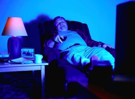 Resultado de imagem para obeso vendo tv