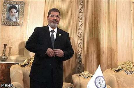 """El presidente de Egipto, Mohamed Mursi, antes de reunirse con el vicepresidente ejecutivo de Irán en el aeropuerto Mehrabad en Teherán, ago 30 2012. Egipto pidió el jueves una intervención para detener el baño de sangre en Siria, diciendo en una reunión de 120 países que era su deber oponerse al """"régimen opresivo"""" de Bashar al-Assad, lo que llevó a los representantes sirios a retirarse del encuentro."""