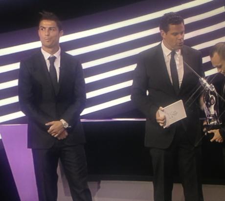 Cristiano Ronaldo no puede disimular su disgusto al enterarse de que no es el mejor jugador de la Champions League en la temporada 2011 - 2012