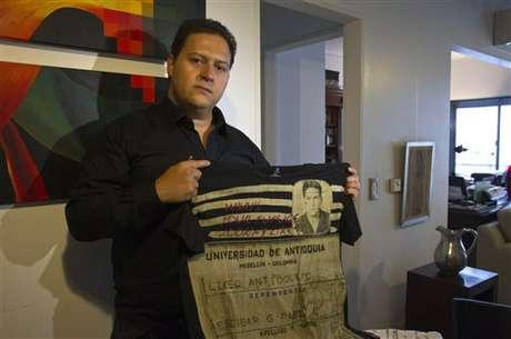 """El documento de identidad del narcotraficante colombiano Pablo Escobar, sus tarjetas de crédito y un certificado de antecedentes penales aparecen estampados en una colección de ropa creada por su hijo con la que asegura, frente a las críticas, que quiere invitar a """"no repetir su historia"""""""