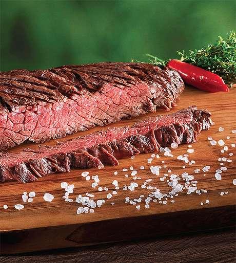 Escolher a carne certa, saber acender uma boa brasa e preparar bons acompanhamentos são alguns dos segredos para obter sucesso no churrasco
