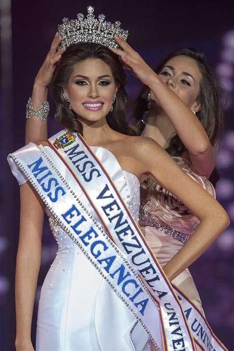No solo la inteligencia y belleza de esta hermosa trigueña fueron los ingredientes que le dieron el mayor título de la noche a quien se coronó como Miss Venezuela, ya que también fue galardonada por el jurado calificador como Miss Elegancia.