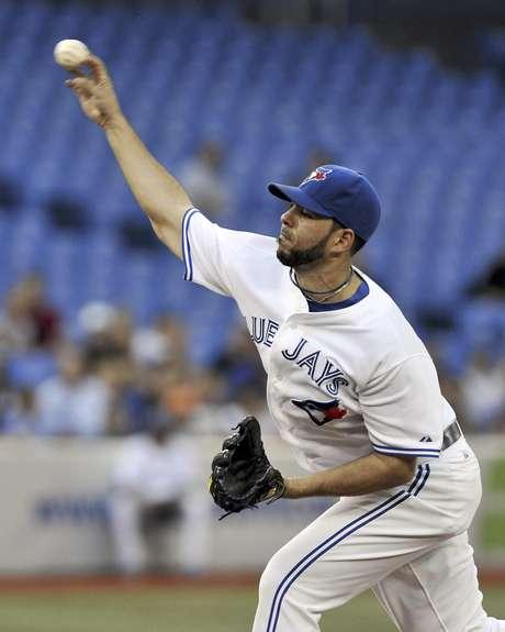 El dominicano Carlos Villanueva, de los Azulejos de Toronto, lanza contra los Rays de Tampa Bay en la primera entrada del juego del jueves 30 de agosto de 2012, en Toronto.