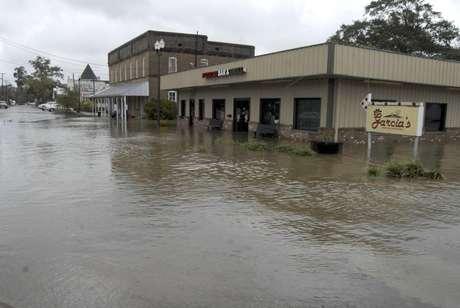 Una tienda inundada en la calle East Railroad Street en Magnolia, Misurí, por las lluvias que causó el huracán Isaac, el jueves 30 de agosto de 2012.