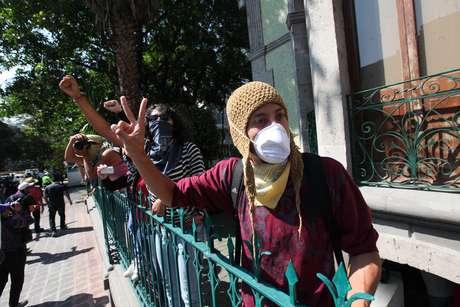Integrantes del Movimiento #YoSoy132, muchos de ellos con los rostros cubiertos con paliacates, tomaron la sede del Gobierno de Veracruz, ubicada en la calle de Marsella, en la colonia Juárez.