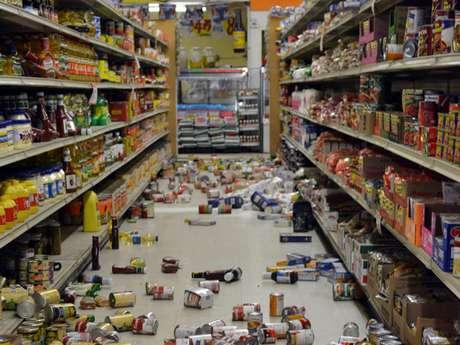 Uno de los corredores del mercado Sol en Brawley, California, después del sismo que se sintió en la zona el domingo 26 de agosto de 2012.