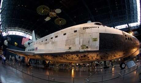 En este recinto ubicado en Washington, DC, digno de visitarse se encuentra la colección más grande del mundo de naves históricas aéreas y espaciales. Como por ejemplo el Discovery, que fue el transbordador encargado de lanzar el telescopio espacial Hubble. La segunda y tercera misión de servicios al Hubble también fueron realizadas por el Discovery. De igual manera puso en órbita la sonda Ulysses y tres satélites TDRS.
