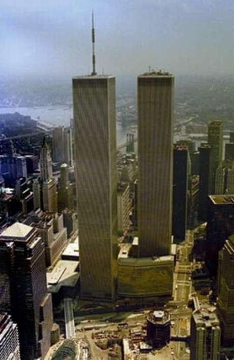 Las Torres Gemelas contenían 200 mil toneladas de acero, 325.000 m³ de hormigón y 300.000 m² de superficie acristalada; 198 ascensores con una capacidad media de 55 personas, 71 escaleras automáticas y hasta 150.000 visitantes al día.