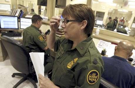 La jefa sectorial de la Patrulla Fronteriza estadounidense en Tucson Donna Twyford examina el expediente de un inmigrante ilegal el jueves, 9 de agosto del 2012 en Tucson, Arizona. El gobierno de estados Unidos suspendió los vuelos de regreso para mexicanos capturados tratando de ingresar ilegalmente a territorio estadounidense bajo el mortífero sol veraniego de los desiertos de Arizona, una medida para ahorrar dinero que pone fin a un experimento de siete años que costó casi 100 millones de dólares al con
