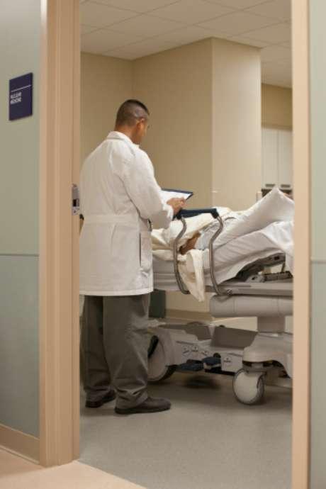 Tras ser abandonado por el victimario, el empleado fue llevado a un hospital de la localidad.