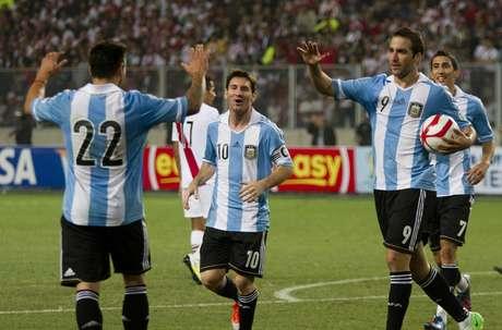 Gonzalo Higuaín marcó el gol del empate a uno en la visita de Argentina a Perú, que se había ido arriba con anotación de Carlos Zambrano; al inicio del partido Claudio Pizarro falló un penalti.