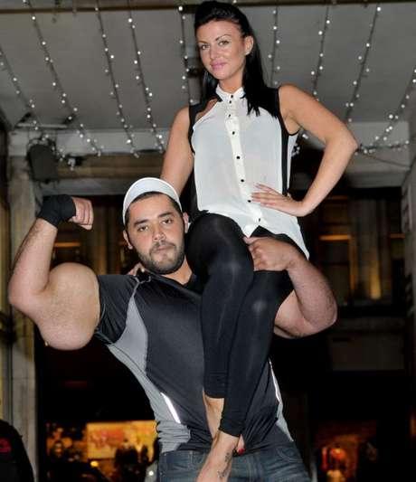 A modelo Jessica Jerrard  foi levantada por Moustafa Ismail