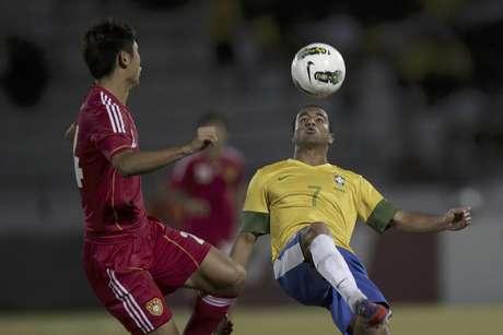 El brasileño Lucas (derecha) lucha por la pelota con el chino Yang Yu durante un partido amistoso en Recife, Brasil, el lunes 10 de septiembre de 2012.