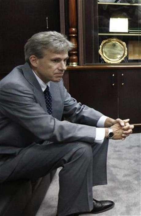 Foto de archivo del embajador de Estados Unidos en Libia, Christopher Stevens, durante una reunión para debatir sobre derechos humanos en Trípoli, jun 27 2012. El embajador estadounidense en Libia y otros tres empleados consulares murieron en un ataque con cohetes al vehículo en el que viajaban, luego de haber dejado la misión por la irrupción de militantes que denunciaban un filme hecho en Estados Unidos que insultaba al profeta Mahoma.