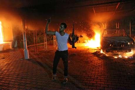 Civiles ayudan al embajador de EE.UU., Christopher Stevens, tras el ataque en el Consulado.