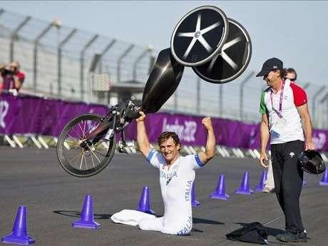 Alex Zanardi, recientemente ganó medalla de oro en Juegos Paralímpicos. En 2001, el coche de este piloto de carreras se quedó varado a media pista una fracción de segundos, suficiente para que otro automóvil lo partiera en dos. Zanardi perdió ambas piernas, pero además de competir en los Paralímpicos, ha seguido corriendo autos con un par de prótesis y aditamentos especiales en sus carros.