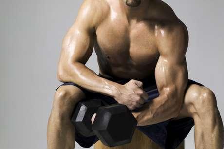 Músculos são mais pesados que gordura - Verdade. Os músculos de fato pesam mais que gordura. Tanto é assim que algumas pessoas veem os ponteiros da balança subirem mesmo quando investem na malhação. Por isso, além de ficar atento ao seu peso, olhe também para seu condicionamento físico