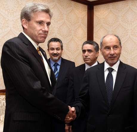 El embajador Christopher Stevens, saluda a uno de los integrantes del Concilio en Libia.