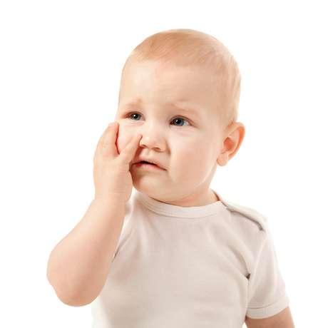 Depois de estancar a hemorragia, se possível, os pais devem procurar por ferimentos nos lábios, gengivas e língua. O próximo passo é procurar um especialista o mais rápido possível, para que o atendimento seja feito na primeira hora após o trauma. Se o paciente for atendido em tempo, a chance de sucesso é bastante grande