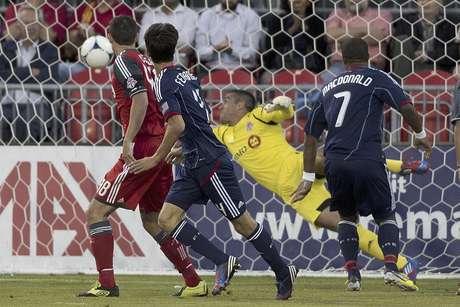 El uruguayo Alvaro Fernández, centro, del Fire de Chicago, observa su remate de cabeza vencer al portero Milos Kocic, del Toronto FC, tras abrir el marcador en el primer tiempo del duelo de la MLS en Toronto, el miércoles 12 de septiembre de 2012. El Fire ganó 2-1.