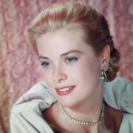 El 13 de septiembre de 1982, la princesa Gracia sufrió un accidente de coche en una carretera próxima a Mónaco.  Su hija Estefanía la acompañaba y, a día de hoy, todavía se especula sobre cuál de las dos conducía el vehículo. Grace Kelly falleció al día siguiente a los 52 años, convirtiéndose al instante en leyenda del cine y del papel couché.