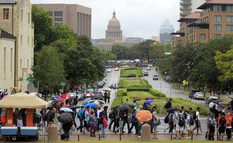 Alumnos de la Universidad de Texas fueron desalojados tras las amenazas.