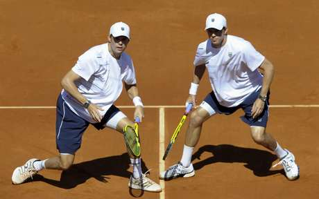 Mike and Bob Bryan kept the US alive in their Davis Cup semi-final againt Spain with a four-set victor. The US is still down 1-2 with singles play to come on Friday.