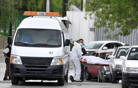 La cruenta lucha entre bandas del narco en México continúa causando derrame de sangre. En la foto peritos forenses realizan el levantamiento de un cadáver tras un suceso violento en Monterrey.
