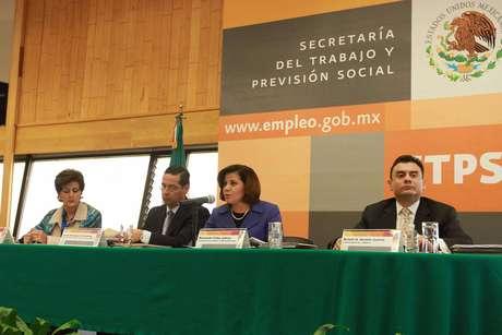 La titular de la STPS Rosalinda Vélez, pidió a los legisladores un análisis real que permita valorar los méritos de la reforma, pues para el Presidente es una propuesta integral que será en beneficio de los 51 millones de mexicanos que forman parte de la población económicamente activa.