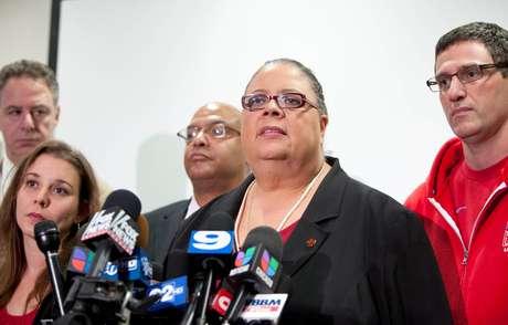La líder del sindicato de maestros de Chicago Karen Lewis anuncia que los profesores seguirán en paro mientras revisan su nuevo contrato laboral, el domingo 16 de septiembre de 2012.