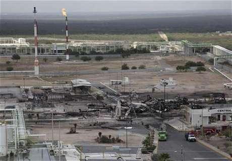 Un grupo de vehículos quemados y estanques de combustibles en una refinería de la compañía Pemex en Reynosa, México, sep 18 2012. La petrolera estatal mexicana Pemex informó el martes que un incendio en una de sus plantas de gas dejó 10 muertos en el norte del país, cerca de la frontera con Estados Unidos.