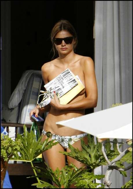 Kate Middleton o Elsa Pataky no han sido las únicas celebrities que han sido 'pilladas' mientras tomaban el sol o se daban un chapuzón sin la parte superior del bikini. La supermodelo Miranda Kerr también saltó a las portadas con estas imágenes en topless mientras pasaba unos días de descanso en Canarias.