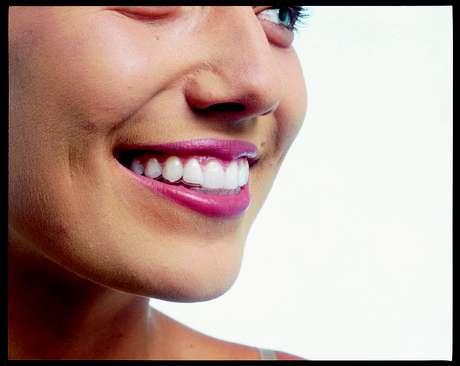 Uma das técnicas usa o que os ortodontistas chamam de alinhadores em sequência feitos sob medida. O especialista faz moldes dos dentes do paciente e um computador simula os movimentos feitos durante o tratamento. Os alinhadores são produzidos e enviados para o profissional que vai acompanhar a evolução do caso.