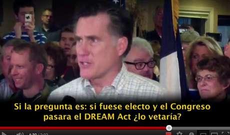 En el video se ve a Romney hablar de la reforma de salud, los indocumentados y los impuestos.
