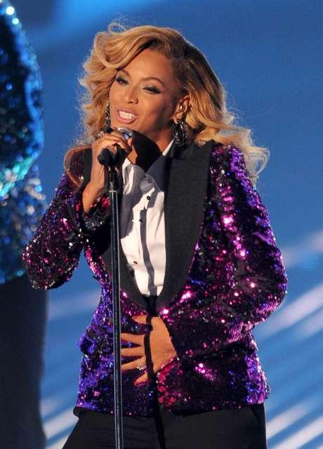 Beyoncé reveló que estaba esperando un hijo en los MTV Video Music Awards 2011, además de eso realizó un espectacular performance, en el cual no dejó de acariciar su barriguita, despertando la ternura en los presentes.