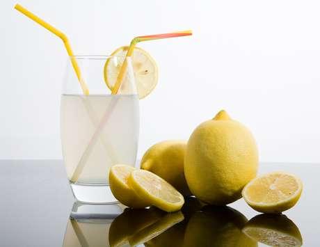 Além das propriedades emagrecedoras, o limão ajuda a baixar o colesterol, a desintoxicar e alcalinizar o sangue e ativa o sistema imunológico