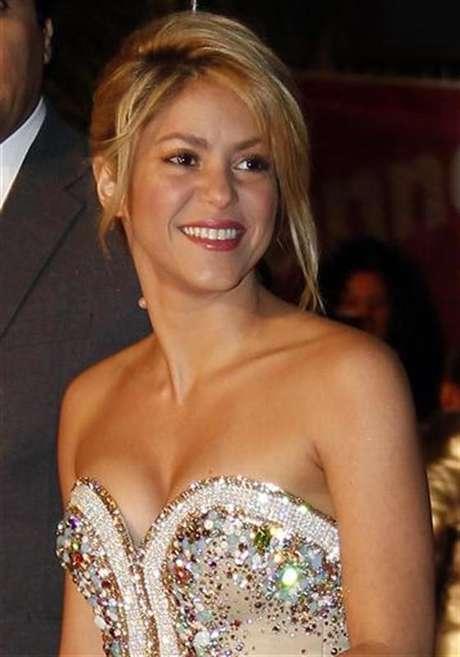 Imagen de archivo de la cantante colombiana Shakira a su llegada a la entrega de premios NRJ en Cannes, Francia, ene 28 2012. La cantante colombiana Shakira dijo el miércoles que está esperando su primer hijo con el futbolista español Gerard Piqué.